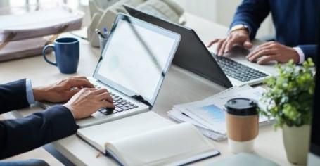 RH d'une PME consultant un webinar sur la digitalisation RH