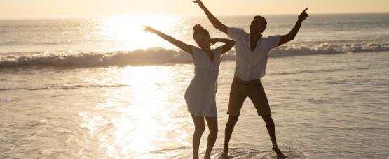 Couple qui s'amuse à la plage pendant les vacances