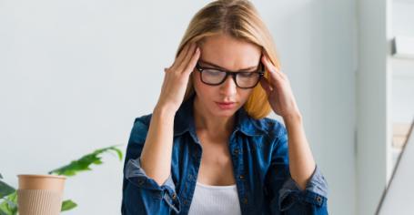 Jeune femme ressentant des troubles psycho-sociaux liés au covid-19