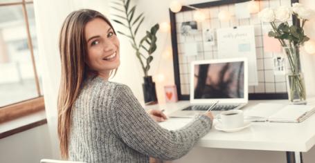 Salariée souriante de retour au bureau