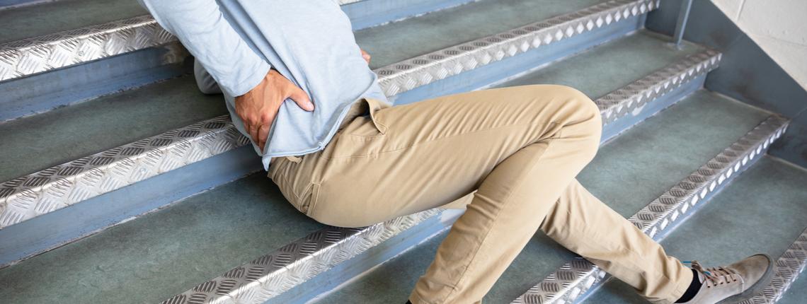 chute-homme-escalier.png